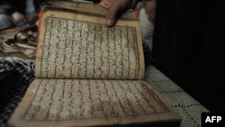 """""""Баграмдагы"""" нааразылыктын катышуучулары америкалык аскерлер өрттөштү деп эсептеген Курандын көчүрмөлөрүн көрсөтүштү"""
