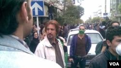 حشمت طبرزدی (رو به دوربین، چپ) در اعتراضات سال ۸۸