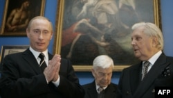 A photo taken in 2006 shows Russian President Vladimir Putin (left) as he speaks with painter Ilya Glazunov (right) during a visit to the Moscow State Picture Gallery of Ilya Glazunov.