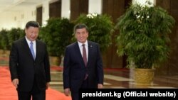 Сооронбай Жээнбеков менен Си Цзиньпиң.