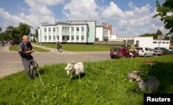 Міхаіл Шостак пасьвіць козаў у Лідзе, каб ашчадзіць на малацэ. Архіўнае фота