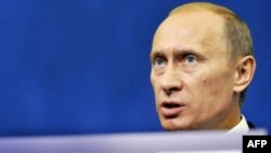 ولاديمير پوتين، نخست وزير روسيه، در کنفرانس خبری در پاریس. (عکس از AFP)