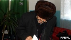 Azerbaijan – an old man votes for local elections in Baku, 23Dec2009