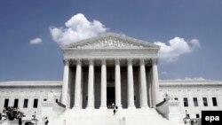 آقای صداقتی در سال ۲۰۰۳ در حالی که دادگاه فدرال مشغول تحقیق در باره پرونده وی بود از آمریکا خارج شده بود.