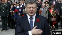 Президент Украины Петр Порошенко принял участие в церемонии возложения венков к Могиле Неизвестного солдата в Киеве