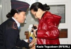 Полицейский досмотр вещей Ляззат Ибраевой, жены подсудимого лидера алматинских суфиев Саята Ибраева. Алматы, 19 октября 2011 года.