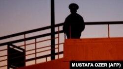 Aşgabadyň aeroportunda polisiýa işgäri. 15-nji fewral 2007