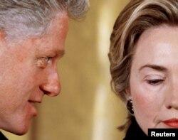 Біл Клінтан штосьці шэпча сваёй жонцы Гілары, 1999 год