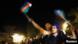 Сторонники президента Азербайджана Ильхама Алиева празднуют его победу на выборах. Баку, 9 октября 2013 года.