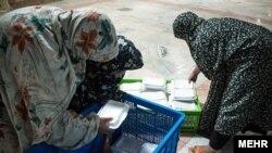 زنان زندانی در حال پخش غذا
