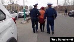 Полиция қызметкерлері Ақжан Ноғаеваны ұстап әкетіп барады. Қызылорда, 1 сәуір 2020 жыл.