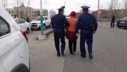"""""""Кедейдің кебін киеміз..."""" Қызылордада полиция әкімдік алдында өлең оқыған әйелді ұстап әкетті"""