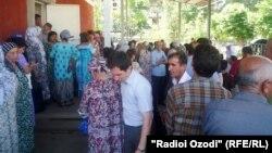 Назди толори Додгоҳи олии Тоҷикистон. 4-уми июни 2012.