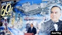 Ադրբեջանի նախագահ Իլհամ Ալիեւը ելույթ է ունենում «Նավթային քարեր» ավանի 60-ամյակին նվիրված արարողությանը, նոյեմբեր, 2009թ.