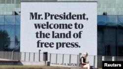 Рекламный щит финской газеты Helsingin Sanomat.