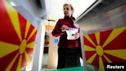 Një grua duke u përgaditur për të votuar në zgjedhjet e mëparshme, Maqedoni