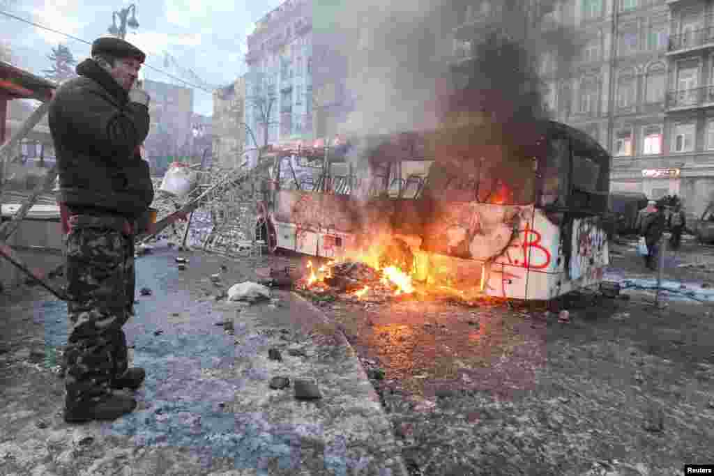 Утро после боя: дымящийся остов милицейского автобуса