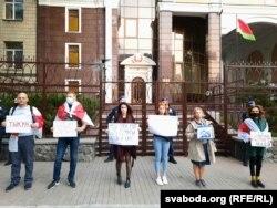 У Кіеве 13 кастрычніка Уляна арганізавала «сьвяткаваньне» дня нараджэньня бацькі ля беларускай амбасады