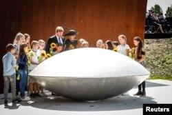 Regele Willem-Alexander și regina Maxima Olandei, împreună cu copii ce au inaugurat memorialul de la Vijfhuizen