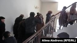Пострадавшие от квартирных мошенниц поднимаются по лестнице в здании филиала партии «Нур Отан». Актобе, 17 января 2011 года.