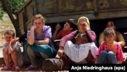 Албанские женщины и дети у кузова старого грузовика. 1 июня 1999 года.