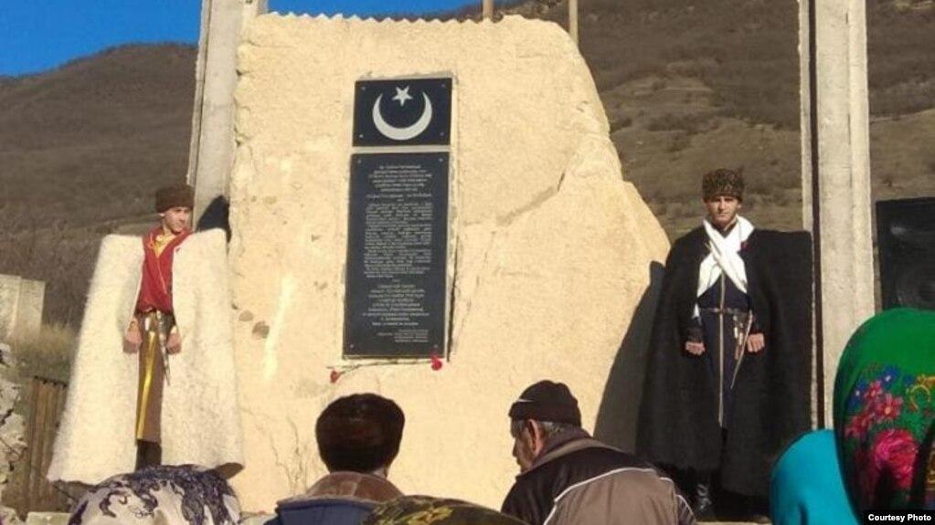 Памятник турецким воинам, павшим в 1918 году в боях за освобождение Анжикалы (Порт-Петровска)