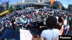 Հուլիսի 1-ի բողոքի ցույցը Հանրային ծառայությունները կարգավորող հանձնաժողովի շենքի մոտ