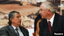 Venezuelan Energy Minister Rafael Ramirez (right) speaks with Rosneft President Igor Sechin at the headquarters of Venezuela's state-run oil company PDVSA in Caracas.