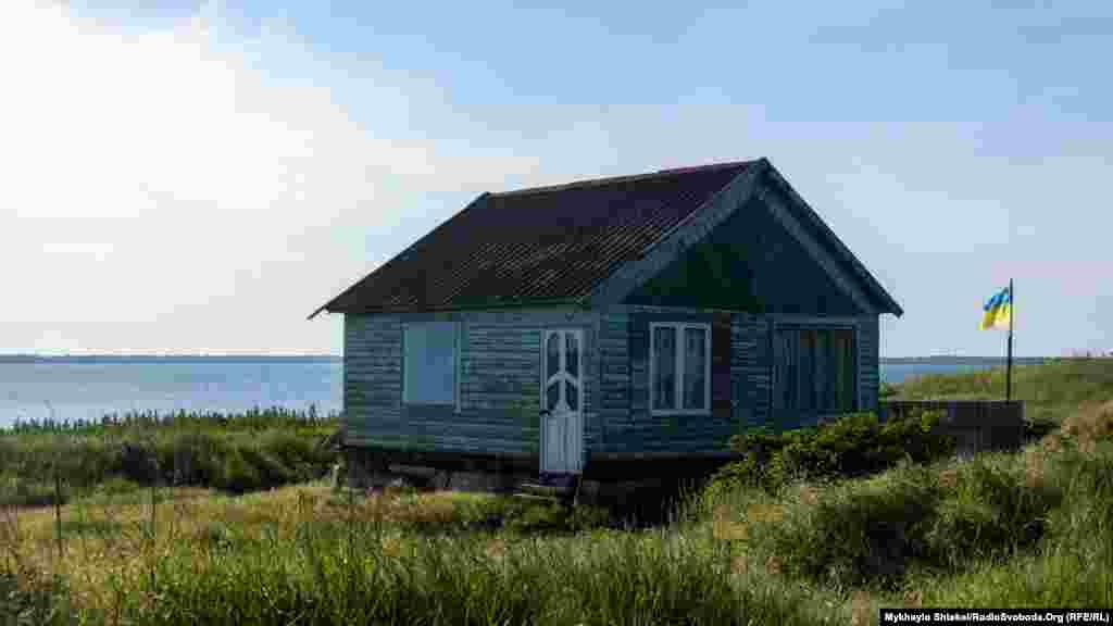 В об'єднану територіальну громаду також входить селище Лебедівка. Деякі тут живуть буквально на березі лиману Бурнас. Він з'єднується з морем через систему каналів. Довжина лиману близько 7 кілометрів, ширина – від 1 до 3 кілометрів.