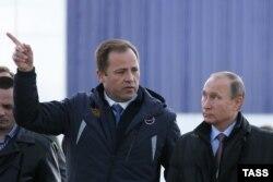 Глава Роскосмоса Игорь Комаров и Владимир Путин