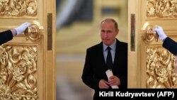Владимир Путин перед встречей с членами СПЧ в Кремле. 30 октября 2017 года.