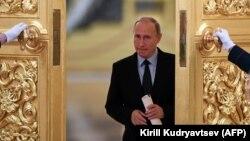 Владимир Путин идет на встречу с общественными деятелями и правозащитниками