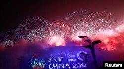 Фейерверк в Пекине в первый день саммита АТЭС, 10 ноября 2014