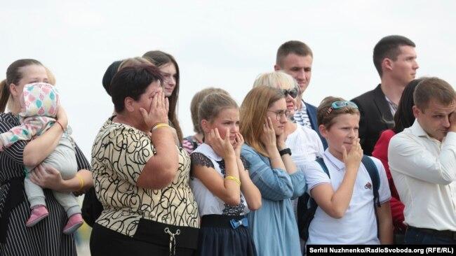 Рідні звільнених українців очікують їхнього прибуття на летовищі