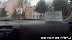 Taksileriň aýnalarynda ýerleşdirilen bildirişler