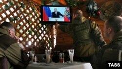 Пророссийские боевики в Донецке смотрят трансляцию послания президента России Владимира Путина. 4 декабря 2014 года.