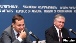 Armenia - Armenian Foreign Minister Eduard Nalbandian (R) and his Polish counterpart Radoslaw Sikorski at a press conference in Yerevan, 14Jul2010