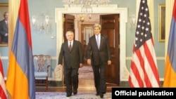 Глава МИД Армении Эдвард Налбандян (слева) и госсекретарь США Джон Керри, 4 июня 2013 г. (Фотография - пресс-служба МИД Армении)