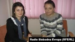 Марија Јовановска и Сања Стојмановска, волонтери во Клубот на младите при Општинската организација на Црвениот крст во Куманово.
