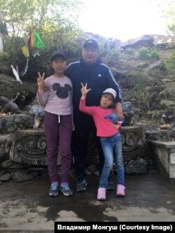 Владимир Монгуш с детьми