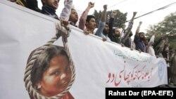 Акция протеста с требованием казнить обвиненную в богохульстве пакистанскую христианку Асию Биби. Лахор, 8 ноября 2018 года.