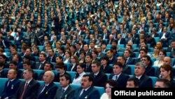 Өзбек расмийлери мамлекеттик жыйындардын биринде.
