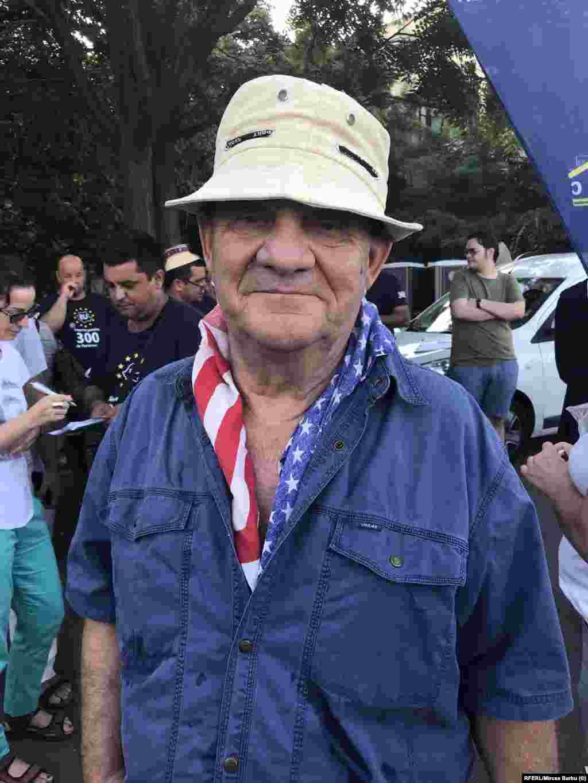 """Silviu Dumitrescu, 75 de ani, pensionar, spune că drapelul american îl reprezintă mai degrabă decât cel rusesc. """"Am venit pentru că eu cred că noi, românii, am trecut printr-un regim dur pentru țară și mi se pare că la putere sunt to aceiași oameni care au ocupat funcții înainte de 89. Poate generația voatră reușește!"""""""