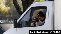 Водитель, ждущий в очереди. КПП «Акжол-автодорожный», 11 октября 2017 г.