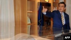 Президент Грузии Михаил Саакашвили смотрит на макет здания парламента