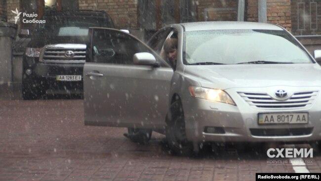 Колишній керівник апарату Київської міської державної адміністрації Володимир Бондаренко виходить з авто