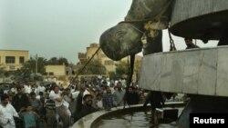 مواطنون يسقطون ثمثال صدان في كربلاء في اليوم الثامن عشر لحرب 2003