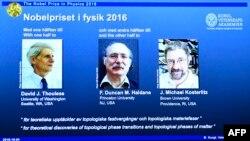 Быйылкы Нобел сыйлыгын алган физиктер: Дэвид Таулес, Майкл Костерлитц жана Данкан Хелдан.