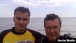 Виктор Янукович-младший (слева) с отцом