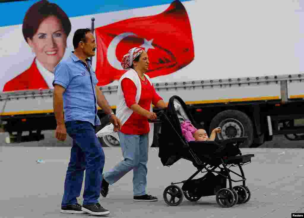 """Агитационный плакат кандидата от """"Хорошей партии"""" Мераль Акшенер. Стамбул, 16 июня 2018 года."""